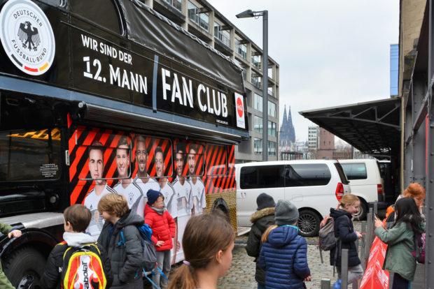 Kinder vor dem DFB-Fan-Bus.