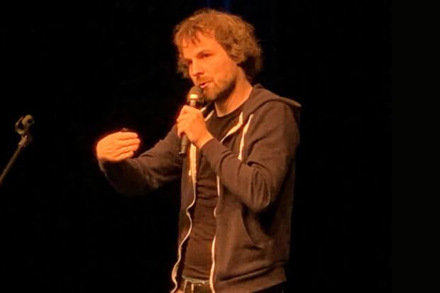 Tino Bomelino auf der Bühne im COMEDIA Theater Köln
