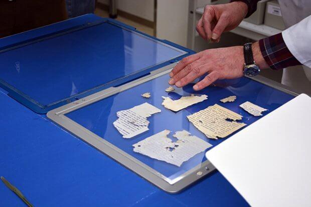 Restaurator bei der Arbeit, Fragmente
