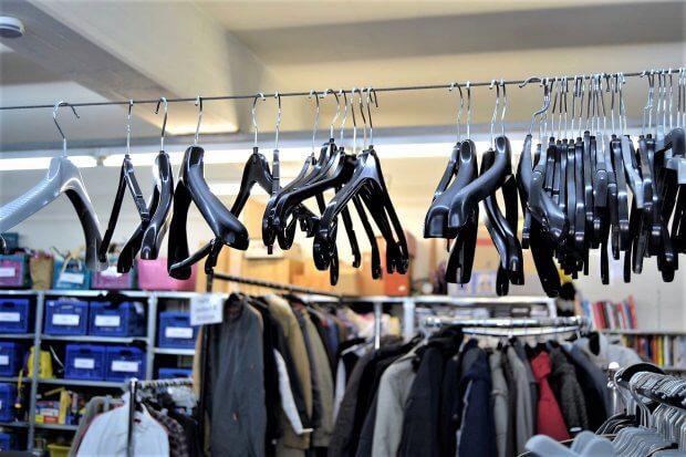 Kleider und Bügel im Oxfam Laden, Bonnerstraße