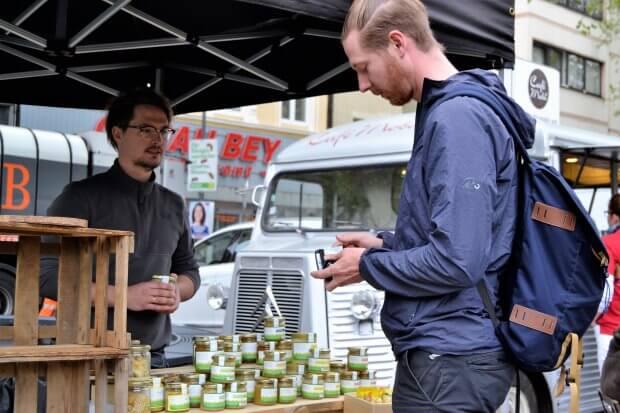 Einkäufer auf dem Markt am Chlodwigplatz